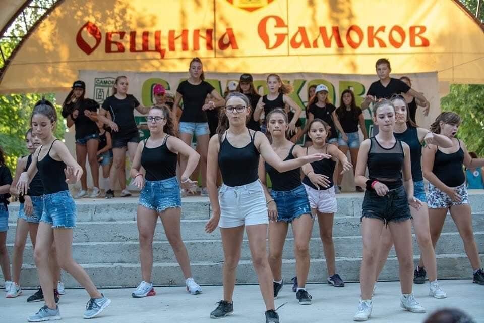 """Денс-формация"""" Crazy"""" взе участие мероприятие на община Самоков"""
